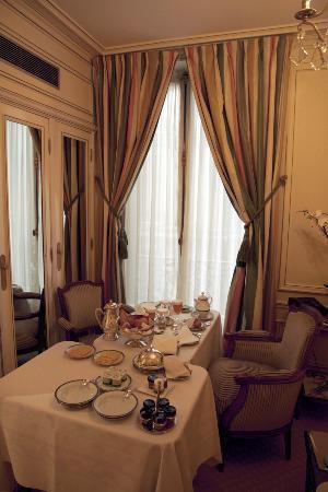 Hotel de Crillon : Le salon, petit déjeuner servi