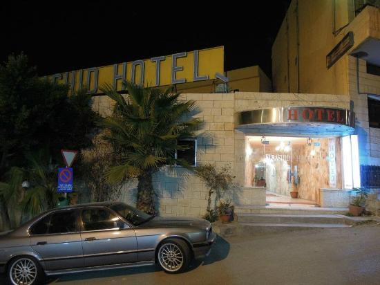 Al Rashid Hotel: The hotel from the street