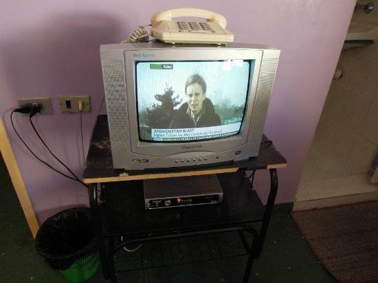Al Rashid Hotel: TV (haphazard) and telephone