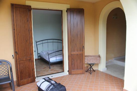 Santa Caterina Villa: von aussen (Terrasse) ins Zimmer, re. Aufgang für andere Wohnungen mit Rasenmäherabstellplatz)