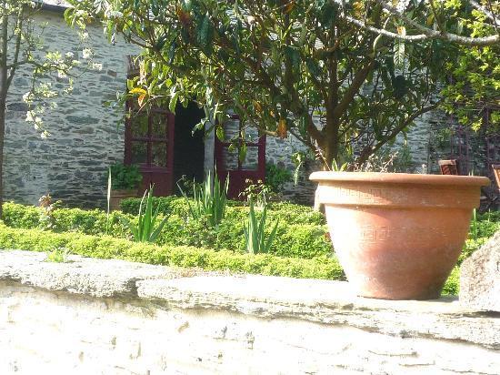 La Maison Duchevreuil: Vue sur l'entrée de la chambre côté jardin