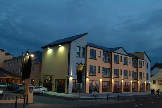 Allingham Arms Hotel: The Allingham at night
