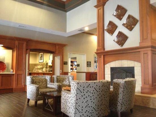 Hampton Inn & Suites East Lansing / Okemos : dining area/foyer