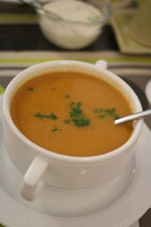 De Bron: Starter: tomato soup with chopped parsley