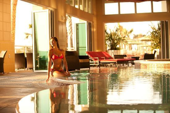 unwind at aqua 21 oceanaire 39 s adult indoor infinity pool. Black Bedroom Furniture Sets. Home Design Ideas