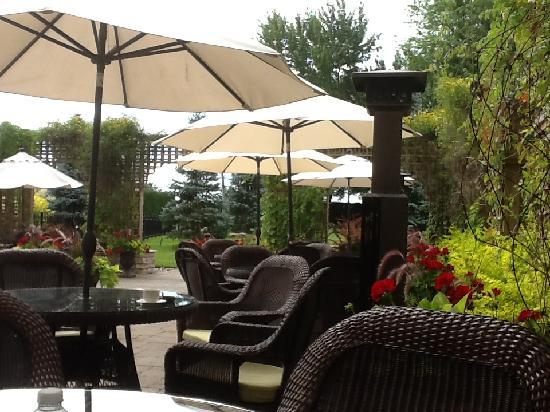 Auberge Godefroy Hotel, Spa and Golf: Patio