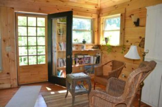 Snug Hollow Farm Bed & Breakfast: Reading corner