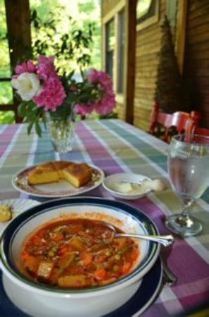 Snug Hollow Farm Bed & Breakfast: Delicious soup and corn bread