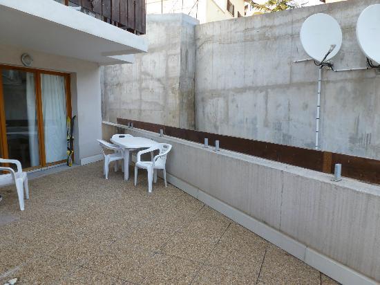 FranceLoc Residence Le Saint Etienne : terrasse enclavée mur 7 m paraboles