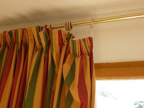 FranceLoc Residence Le Saint Etienne : rideaux décrochés des 2 côtés réparés avec trombones