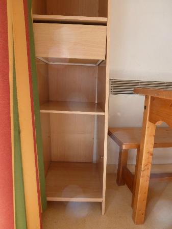 FranceLoc Residence Le Saint Etienne : meuble non fixé et branlant dangereux