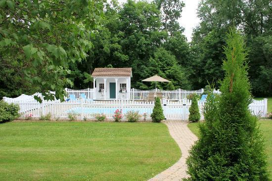 Applewood Manor Bed & Breakfast: Pool