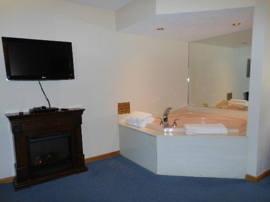 The Harrington Inn: Electric firelplace, TV & spa tub