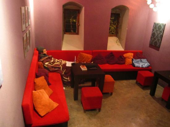Berat Backpackers: The hostel's inside lounge.