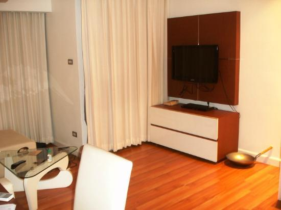 Sathorn Grace Serviced Residence: TV and DVD in the lounge
