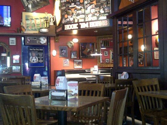 Fuddruckers: Dining area