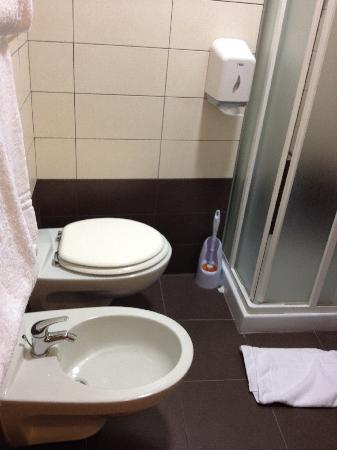 Arena Hotel: Bathroom1