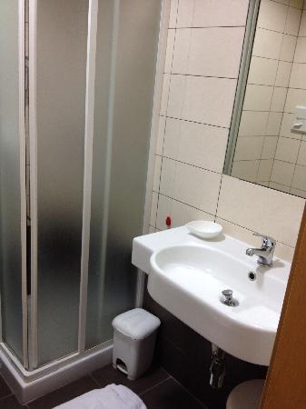 Arena Hotel: Bathroom2