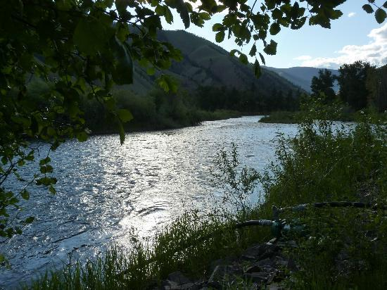 Wagonhammer RV Park & Campground: Sun shining on the river like diamonds