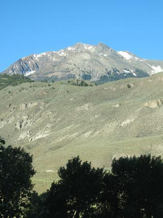 Headwaters of the Yellowstone Bed and Breakfast: View of Electric Peak from upstairs breakfast room