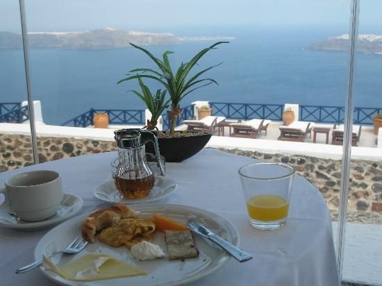 Ilioperato Traditional Apartments: Enjoying a hearty breakfast with that view!!!