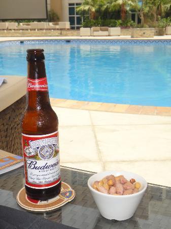 Elite Seef Residence & Hotel: Poolside Beer! =)