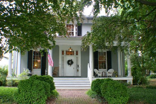 Carriage Inn Bed and Breakfast: Beautiful porch