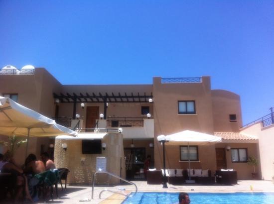 Avillion Holiday Apartments : pool side