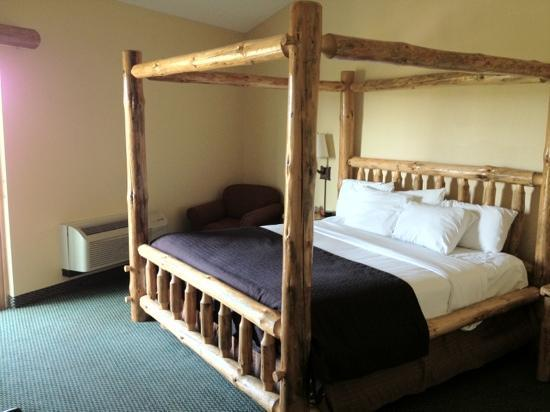 Great Wolf Lodge Kansas City: master bedroom in bear suite