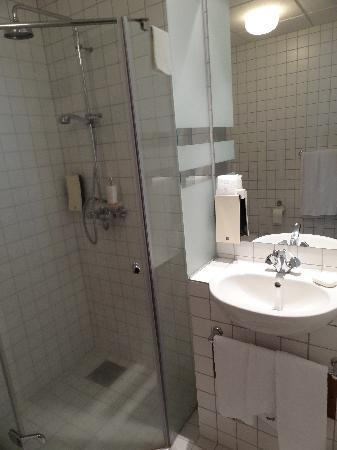 ‪سنتر هوتل بلازا: Ground floor triple bathroom‬