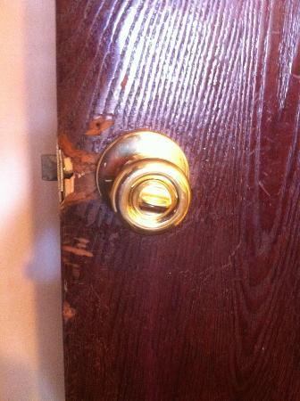 Rodeway Inn Estes Park: Kicked in door.