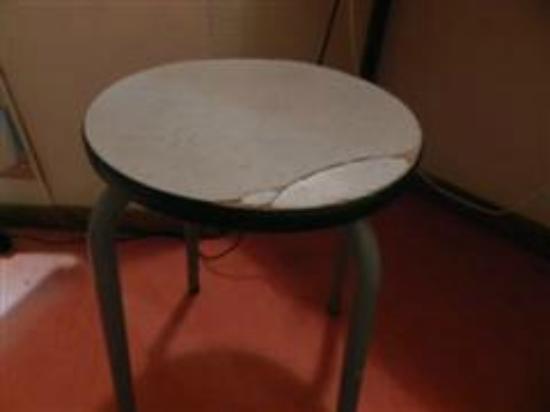 Premiere Classe Meaux - Nanteuil Les Meaux : Broken stool