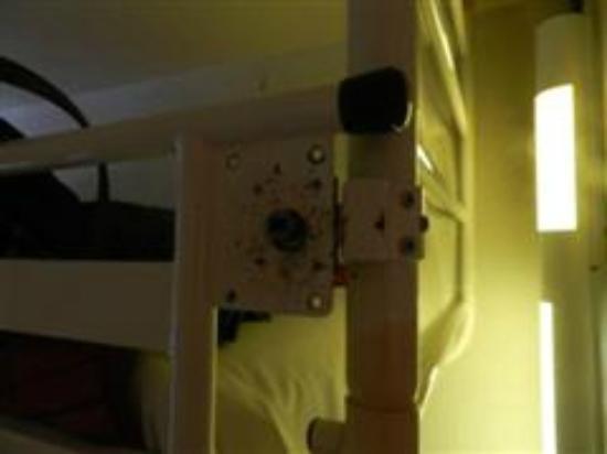 Premiere Classe Meaux - Nanteuil Les Meaux : Rusty joints on bed frame