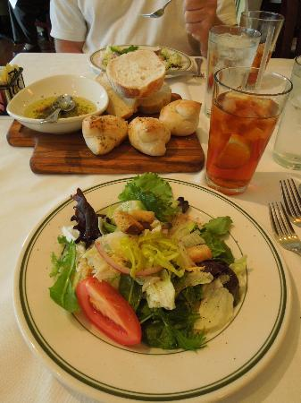 Gennaro's Trattoria: Salad and bread with dipping oil