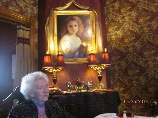 Alexander Mansion Bed & Breakfast: Exquisite art