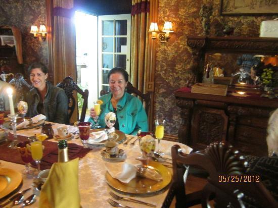 Alexander Mansion Bed & Breakfast: Champagne Mimosa birthday treat
