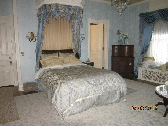 Alexander Mansion Bed & Breakfast: Our beautiful bedroom