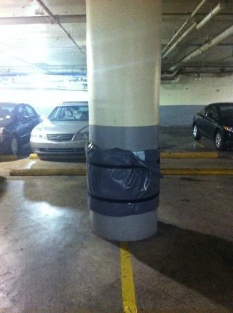 Wyndham Garden Baronne Plaza New Orleans: Parking garage pole