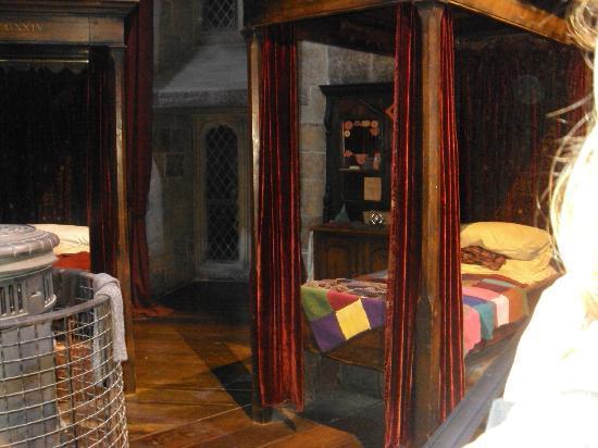 Warner Bros. Studio Tour London - The Making of Harry Potter: The Gryffindor Boys Dorm