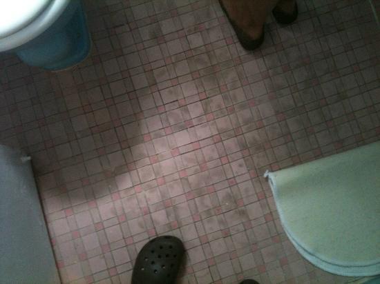 New Yorker Boutique Hotel: Hongos en el piso del baño