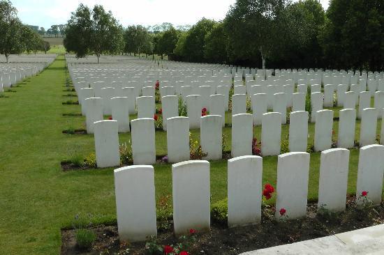 Kasteelhof 't  Hooghe: Hooghe Crater Cemetery opposite hotel