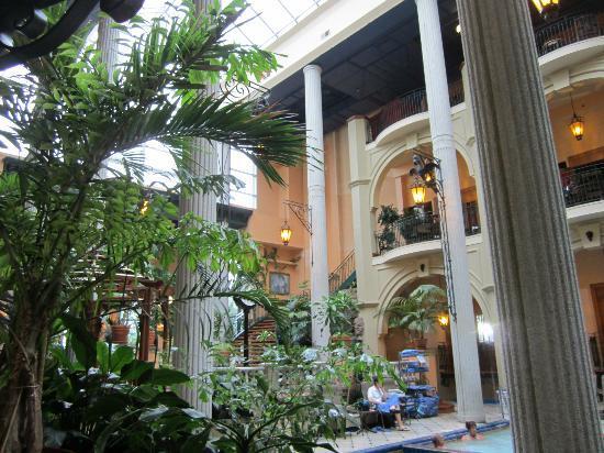 Hotel Plaza Quebec: Plafond vitré de la piscine