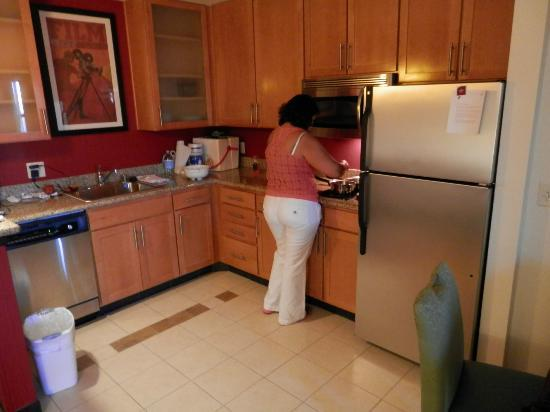 Residence Inn Los Angeles Burbank/Downtown: cooking dinner