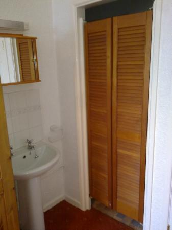 Richmond Hotel : Shutters to toilet and good shower