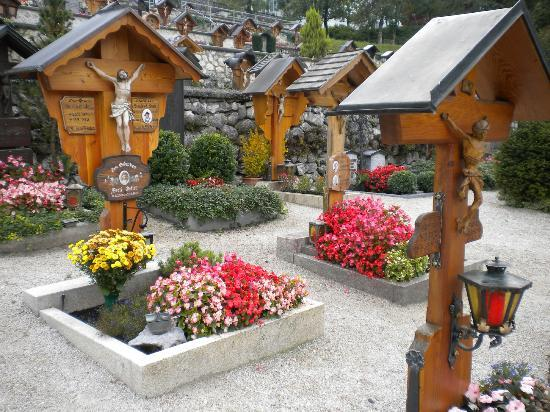 Tennissportparadies Grainau-Zugspitze: Cemetery at Grainau next to Church