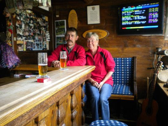 Tennissportparadies Grainau-Zugspitze: Couple enjoying themselves at Zugspitze Hotel bar