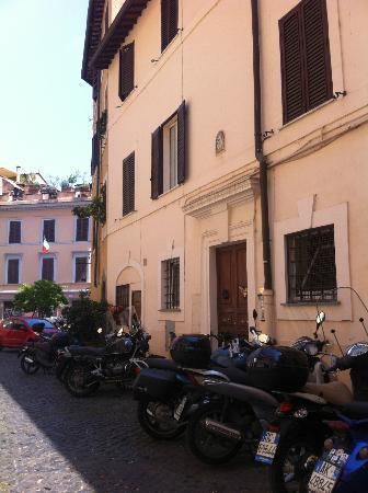 B&B Ventisei Scalini a Trastevere: Portone di ingresso 