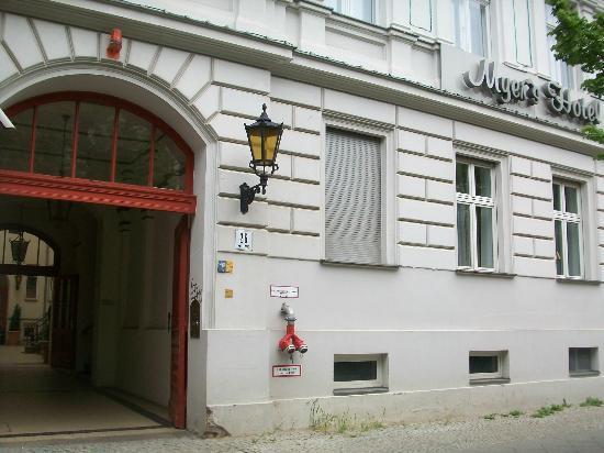 Myer's Hotel - Berlin: Street entrance to Myer's Hotel