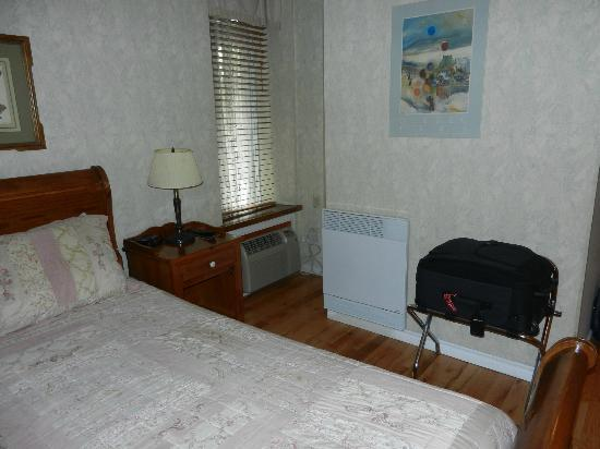 Auberge le Jardin d'Antoine: Bedroom: note location of window and AC