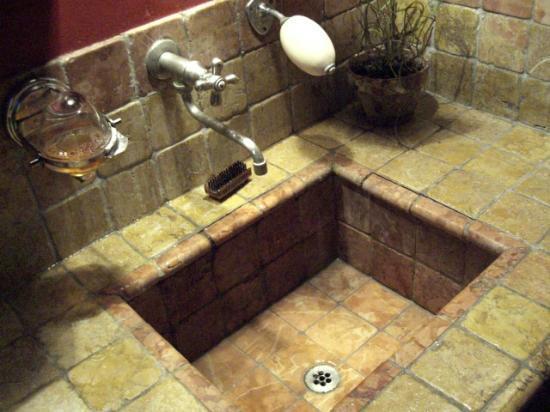 curiosa modalità di proporre il sapone (provenzale, ovvio) nella sala da bagno - Picture of L ...
